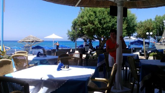 Elpida Hotel: на первой линии в ресторанчике