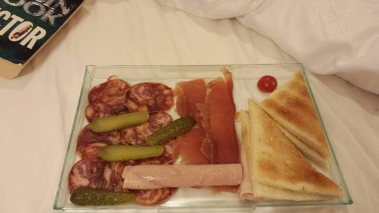 Best Western Tour Eiffel Invalides: 28 euros for this?  Accompanied with a 1.5 hour wait