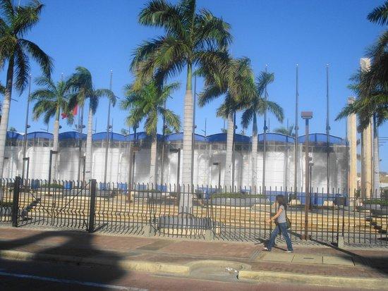 Centro de Convenciones Cartagena de Indias: patio de bandera