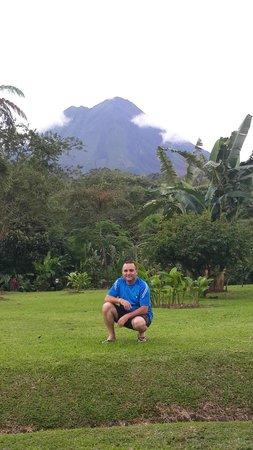 Volcano Lodge & Springs: Jardines y Volcán Arenal desde la habitación 105