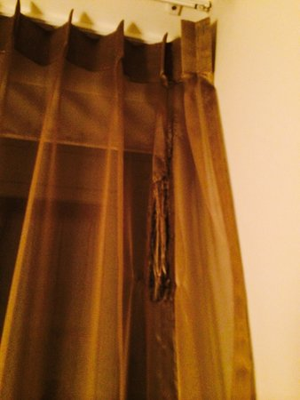 Sandton Hotel Brussels Centre: Desperfecto de la cortina