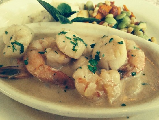 Colington Cafe: Shrimp and Scallop Napoleon in Sherry Wine Sauce...DELICIOUS!!