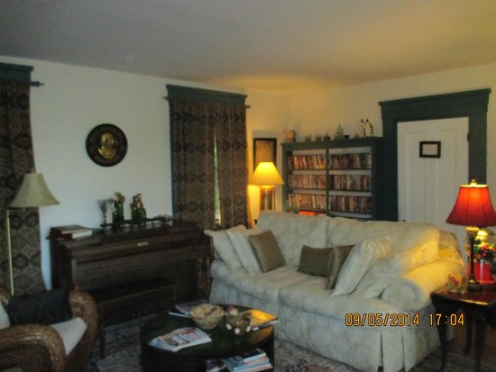 The Tipsy Butler Bed and Breakfast: Living room