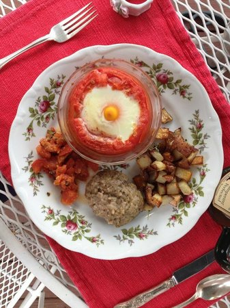 Iron Mountain Inn B&B: Egg baked in a tomato, with the remainder baked with basil