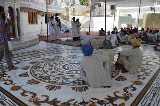 Akal Takht : Música na parte externa
