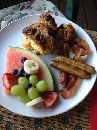 The Old Saco Inn: Breakfast made by Sandi -- apple pie stuffed french toast!