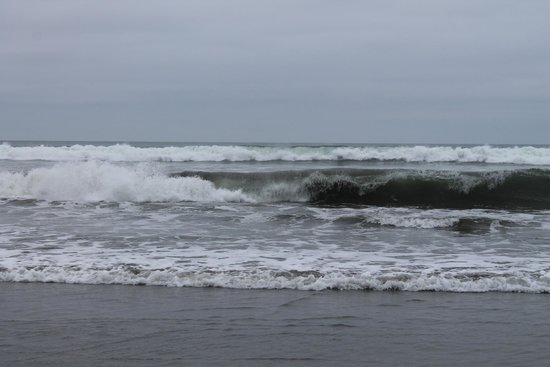 Crescent Beach Motel : Waves breaking on the beach