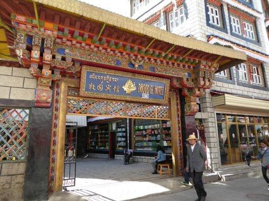 Dhood Gu Hotel: Hotel entrance just off Barkhor Street