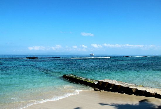 Anom Beach Inn Bungalows : Вид с на океан днем