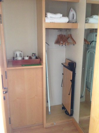 Holiday Inn Wakefield M1, Jct. 40: Clothing space and amenities