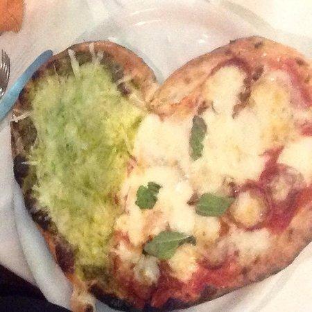 Ristorante Pizzeria Mezzaluna: PIZZA BUONISSIMA!!! La specialità di Gigino: Pizza al Pistacchio!!! SUPERLATIVA!!