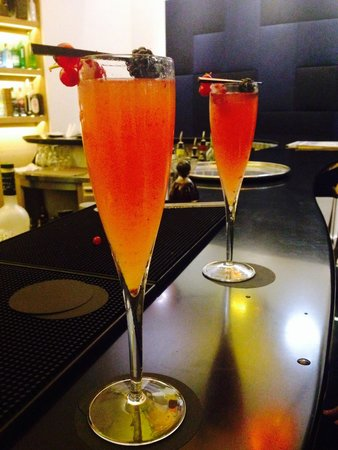 Hotel Marignan Champs-Elysées : Cocktails in the bar