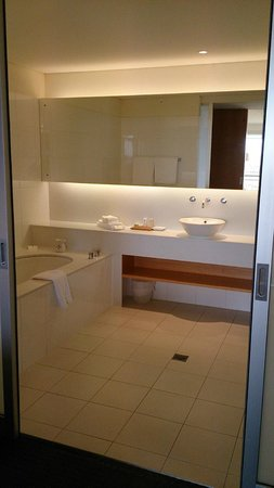 Golden Door Health Retreat & Spa Elysia : Gorgeous, light and airy bathroom