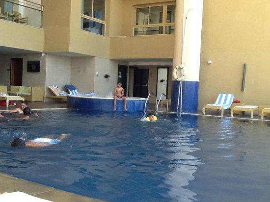 DoubleTree by Hilton Hotel Aqaba: tiny claustrophobic pool