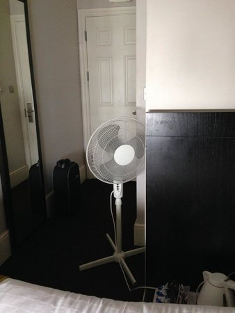 Bloomsbury Palace Hotel: constantly running fan