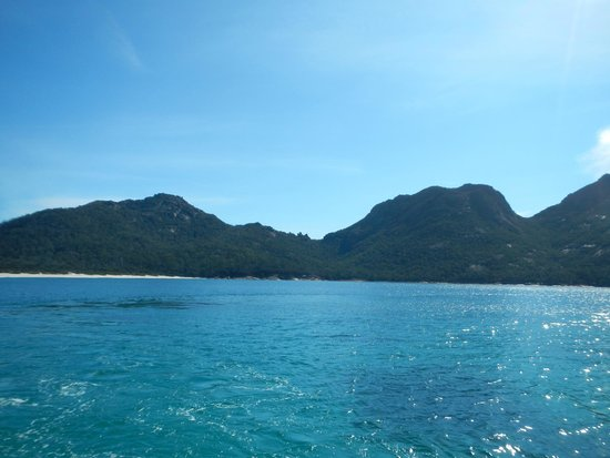 Wineglass Bay Cruises: In Wineglass Bay looking towards the lookout.