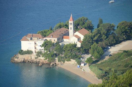 Hotel Bastina Sveti Kriz Bol: Vista dell'hotel e del convento