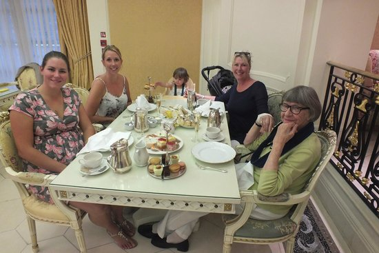 The Bentley London: Four generations around the table:)