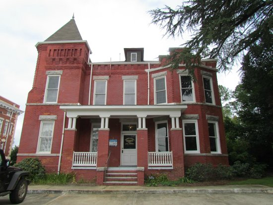 Crime & Punishment Museum: Front view of the Sheriff's home and the JAIL on the 2nd floor !