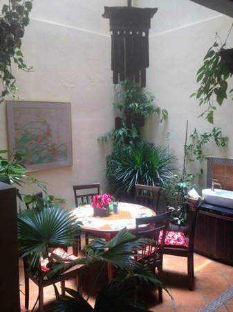 Jawi House Cafe & Gallery: Atrium table