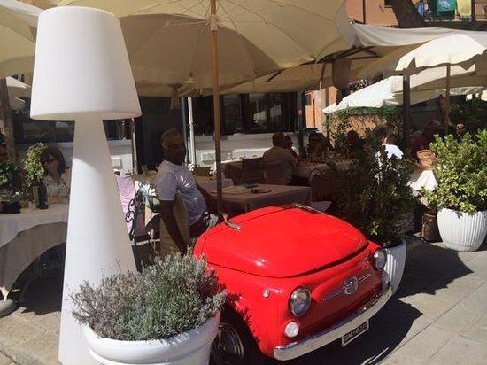 Trattoria Tre Torri: Entrance with a Fiat 500