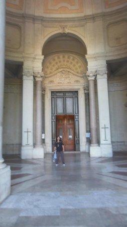 Basilica di Santa Croce in Gerusalemme: inside the main Hall