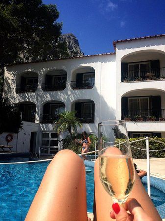 Hotel della Piccola Marina: Champagne in the glorious sunshine by the pool surrounded by mountains!