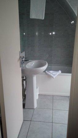 Timhotel Tour Eiffel: bagno con vasca