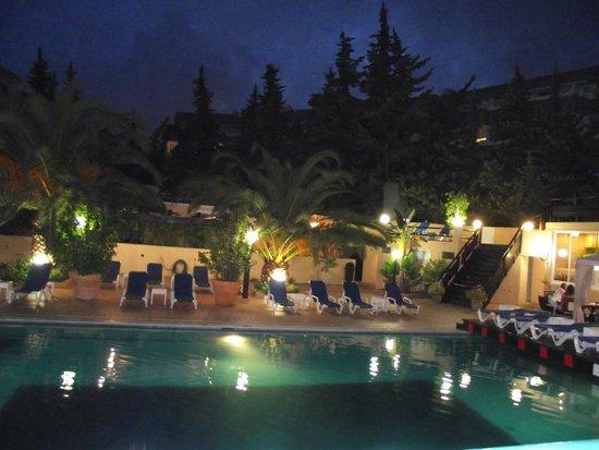 Balaia Mar Hotel : pool evening time