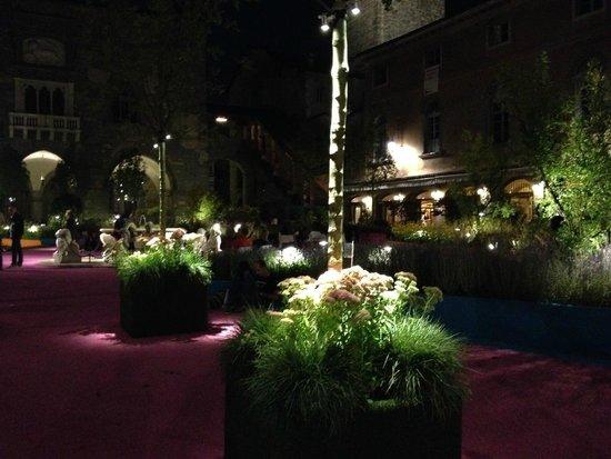 Trattoria Sant Ambroeus: Design of the square - plants