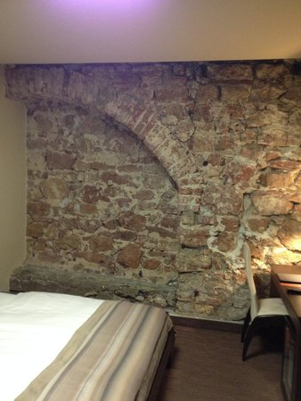 Old City Boutique Hotel: Old City Wall in a spacious room