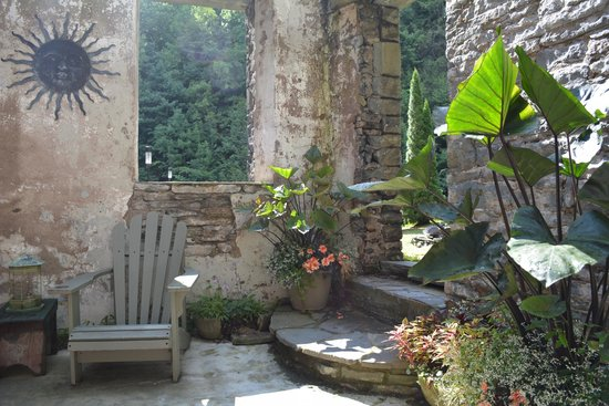Ledges Hotel: Tranquil outdoor sitting area.