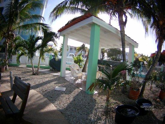 Coral Paradise Resort: BBQ area near room 1