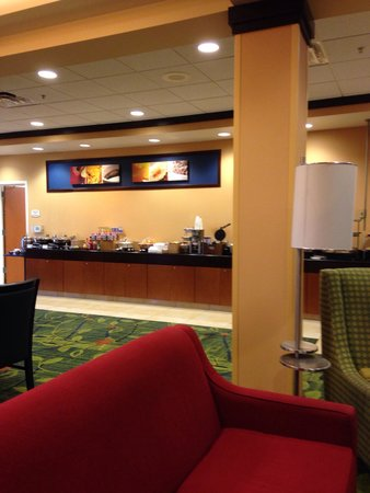 Fairfield Inn & Suites Louisville East: Breakfast area- quiet, clean, satisfying