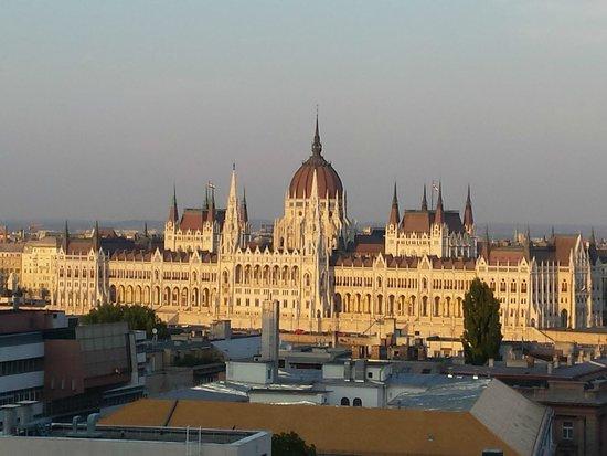 B & B Bellevue Budapest : Vue du parlement depuis notre chambre