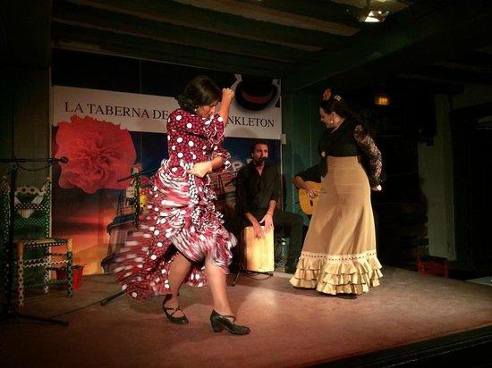 La Taberna de Mister Pinkleton: Ornella y Miriam en pleno baile flamenco