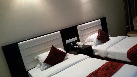 Landscape Hotel : 침대와 이불, 벽부분 사진입니다.