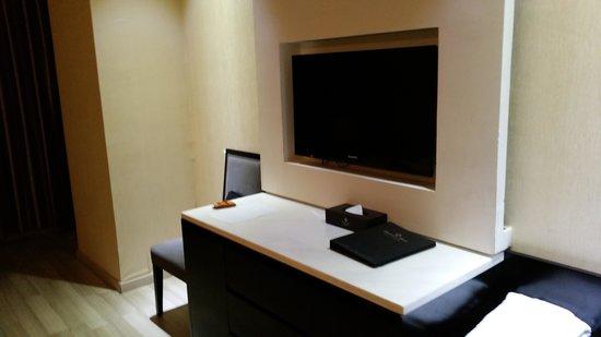 Landscape Hotel: 전면 TV와 수납장, 의자입니다. TV의 크기는 적당한 수준입니다.
