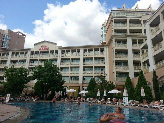 Alba Hotel: Вид на отель с территории бассейна
