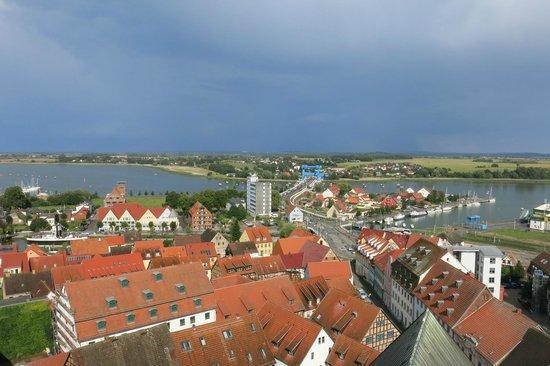 Der Speicher: Blick vom Kirchturm auf die Rügenbrücke (Speicher links neben dem Hochhaus)