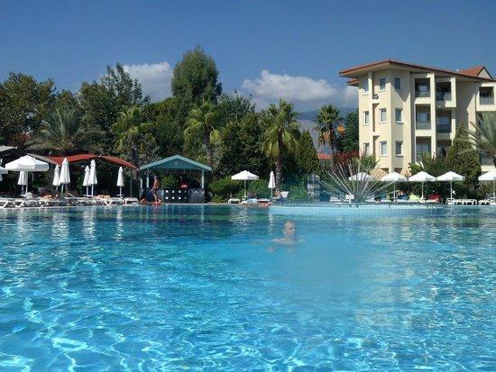 Le Jardin Resort: Vue piscine et autre bâtment de l'hôtel