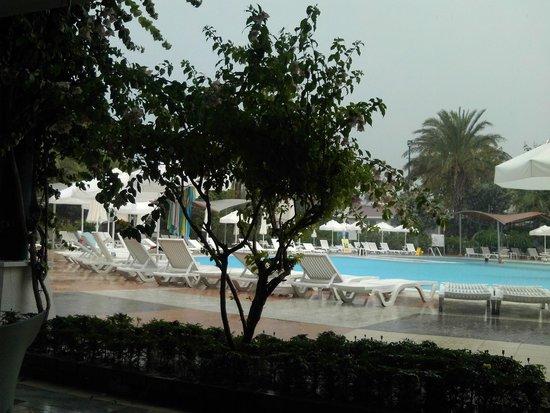 Queen's Park Le Jardin Resort: Vue sur la piscine un jour de pluie