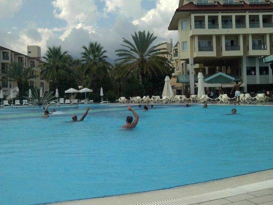 Queen's Park Le Jardin Resort: Vue sur bar, piscine et hôtem