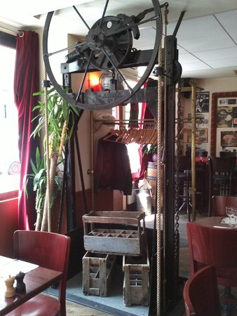 monte charge picture of l 39 opportuniste montrouge tripadvisor. Black Bedroom Furniture Sets. Home Design Ideas