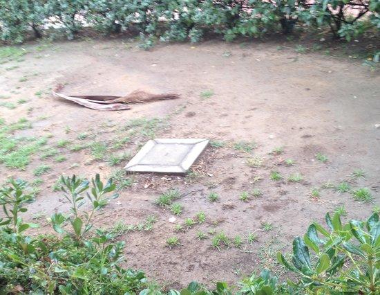 """Roccamare Resort: giardino all'ingresso della """"suite"""""""