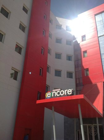 Ramada Encore Tangier : Façade côté entrée principale