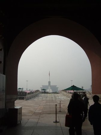 Gate of Heavenly Peace (Tian'an Men): 天安門をくぐって広場をながめたところ。午前中は空いています