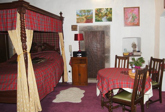 Castle Levan Bed and Breakfast: Master bedroom