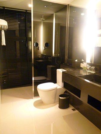 Holiday Inn Bangkok Sukhumvit : spacious bathroom
