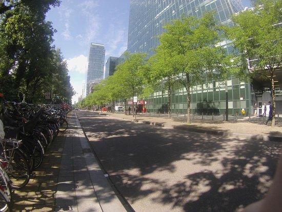 Qbic Hotel Amsterdam WTC: Парковка велосипедов рядом с отелем